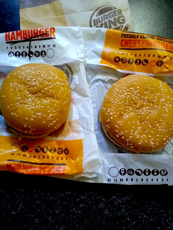 チーズバーガーとテリヤキバーガー